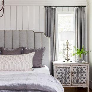 Klassisches Schlafzimmer mit weißer Wandfarbe, dunklem Holzboden, braunem Boden und Holzdielenwänden in Atlanta
