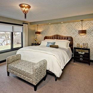 Свежая идея для дизайна: большая хозяйская спальня в классическом стиле с бежевыми стенами и ковровым покрытием - отличное фото интерьера