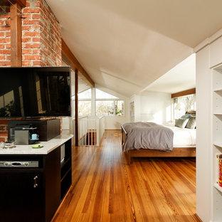 Foto de dormitorio tipo loft, tradicional renovado, pequeño, con paredes blancas, suelo de mármol y chimenea lineal