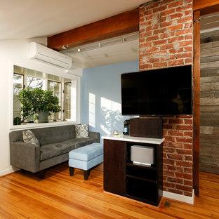 Inredning av ett klassiskt litet sovloft, med blå väggar, mellanmörkt trägolv och en bred öppen spis