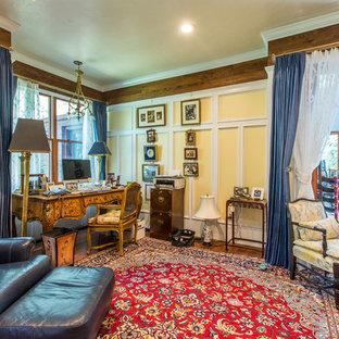 Modelo de dormitorio principal, clásico, grande, sin chimenea, con paredes amarillas, suelo de madera en tonos medios y suelo rojo