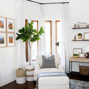 Idée de décoration pour une chambre parentale tradition de taille moyenne avec un mur blanc, sol en stratifié et un sol marron.