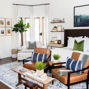 Idéer för mellanstora eklektiska huvudsovrum, med vita väggar, laminatgolv och brunt golv