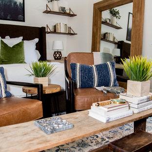 Idéer för att renovera ett mellanstort eklektiskt huvudsovrum, med vita väggar, laminatgolv och brunt golv