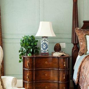 Modelo de dormitorio principal, clásico, con paredes azules, moqueta y marco de chimenea de piedra