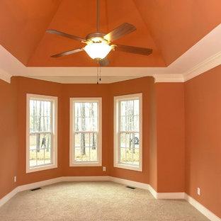Exempel på ett stort klassiskt huvudsovrum, med orange väggar och heltäckningsmatta
