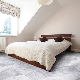 Exemple d'une grand chambre parentale scandinave avec un mur beige, un sol en marbre, aucune cheminée et un sol multicolore.