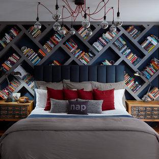 Foto de dormitorio principal, ecléctico, grande, sin chimenea, con paredes grises y suelo de madera clara