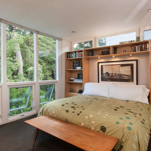 Modernes Schlafzimmer mit weißer Wandfarbe und schwarzem Boden in Los Angeles