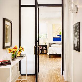 Diseño de dormitorio moderno con paredes blancas y suelo de bambú