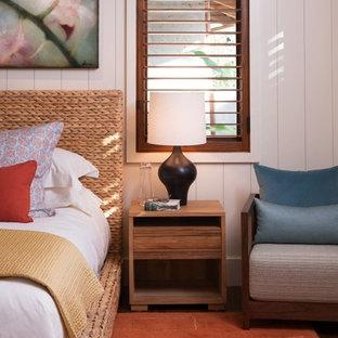 Источник вдохновения для домашнего уюта: гостевая спальня среднего размера в морском стиле с белыми стенами и паркетным полом среднего тона