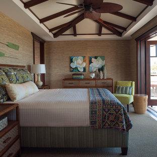 Imagen de dormitorio exótico, de tamaño medio, con paredes marrones