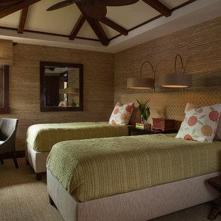 Foto de habitación de invitados tropical, sin chimenea, con moqueta