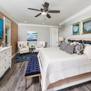 На фото: хозяйские спальни в стиле современная классика с серыми стенами и темным паркетным полом
