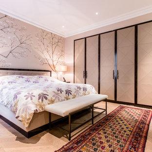 Ispirazione per una camera da letto design con pareti grigie e parquet chiaro