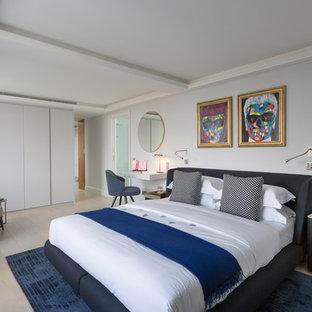 Foto de dormitorio principal, moderno, de tamaño medio, con paredes grises, suelo de madera clara y suelo gris