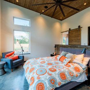 Diseño de dormitorio principal, rural, grande, con paredes blancas, suelo de cemento y suelo beige