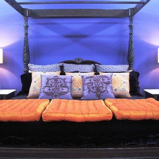 Immagine di una grande camera degli ospiti tradizionale con pareti viola, moquette, nessun camino e pavimento nero