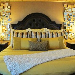 Стильный дизайн: хозяйская спальня среднего размера в классическом стиле с коричневыми стенами и ковровым покрытием - последний тренд