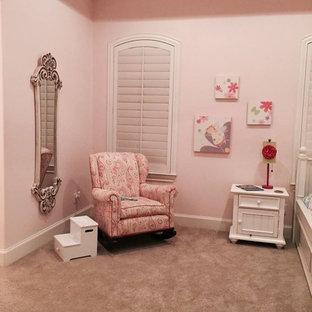 Foto de dormitorio romántico, grande, sin chimenea, con moqueta y paredes rosas