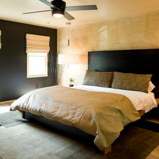 Ispirazione per una grande camera matrimoniale etnica con pareti nere, pavimento in legno massello medio, nessun camino e pavimento marrone