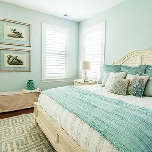 На фото: хозяйская спальня в морском стиле с