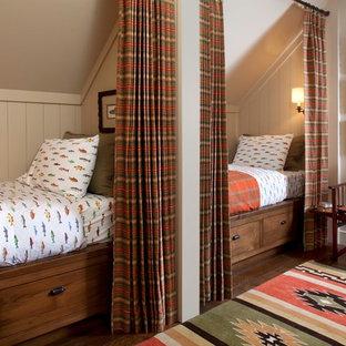 Ejemplo de habitación de invitados rural con paredes grises y suelo de madera oscura