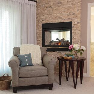 Inspiration för mellanstora klassiska huvudsovrum, med rosa väggar, heltäckningsmatta, en bred öppen spis, beiget golv och en spiselkrans i metall
