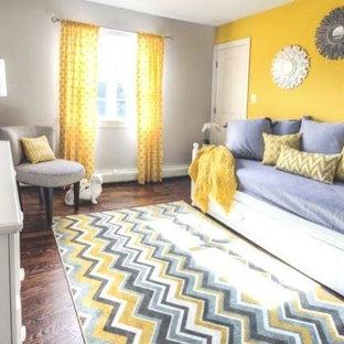 Modelo de habitación de invitados tradicional renovada, de tamaño medio, sin chimenea, con paredes beige, suelo de madera en tonos medios y suelo marrón
