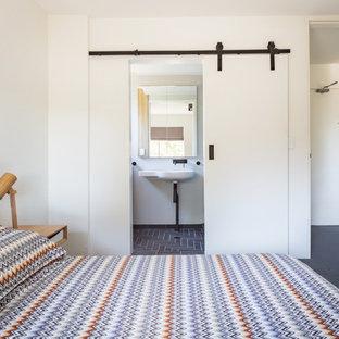 Imagen de dormitorio principal, minimalista, pequeño, sin chimenea, con paredes blancas, suelo de linóleo y suelo azul
