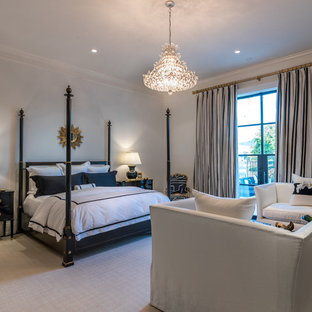 Imagen de dormitorio principal, tradicional renovado, grande, con paredes blancas, moqueta y suelo negro