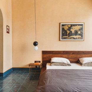 Ejemplo de dormitorio principal, contemporáneo, sin chimenea, con parades naranjas y suelo multicolor