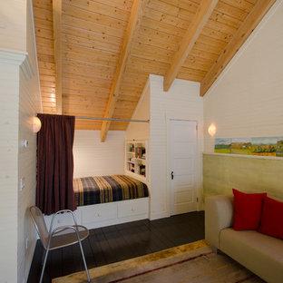 Diseño de dormitorio tipo loft, rural, pequeño, sin chimenea, con paredes blancas, suelo de madera pintada y suelo marrón