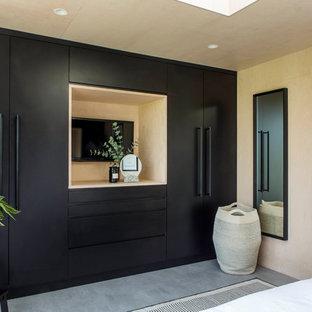 Foto de dormitorio principal, escandinavo, sin chimenea, con paredes beige, suelo de cemento y suelo gris