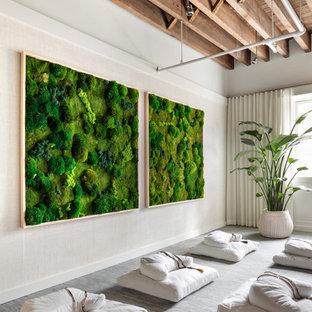 Modern inredning av ett mellanstort gästrum, med vita väggar, heltäckningsmatta, en hängande öppen spis, en spiselkrans i gips och blått golv