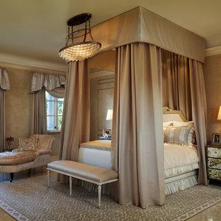 Großes Mediterranes Hauptschlafzimmer ohne Kamin mit beiger Wandfarbe, Keramikboden und beigem Boden in Miami