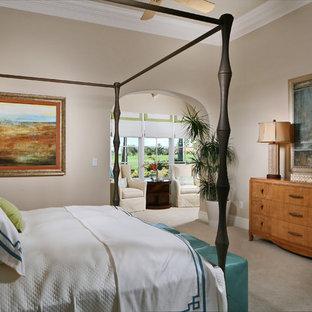 Aménagement d'une chambre avec moquette méditerranéenne avec un mur beige.
