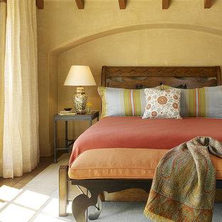Mediterranes Schlafzimmer mit gelber Wandfarbe in San Francisco