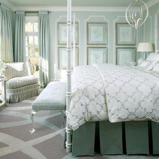 Mediterranes Schlafzimmer mit grüner Wandfarbe und Teppichboden in Little Rock