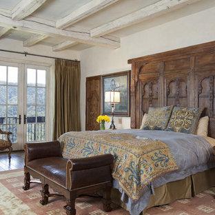 Ispirazione per una camera matrimoniale mediterranea di medie dimensioni con pareti beige, parquet scuro, nessun camino e pavimento marrone
