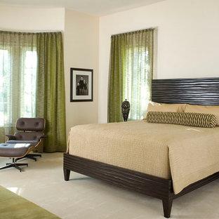 Пример оригинального дизайна интерьера: спальня в современном стиле с бежевыми стенами и ковровым покрытием