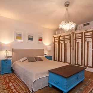 Modelo de dormitorio rústico, de tamaño medio, con suelo de madera en tonos medios