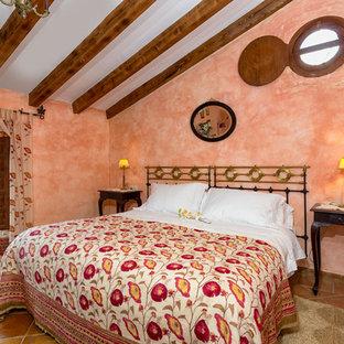 Foto di una camera matrimoniale mediterranea di medie dimensioni con pareti arancioni, pavimento in terracotta e nessun camino