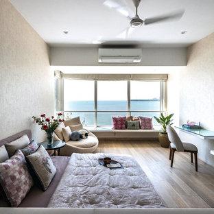 Неиссякаемый источник вдохновения для домашнего уюта: хозяйская спальня в восточном стиле с бежевыми стенами, паркетным полом среднего тона и коричневым полом