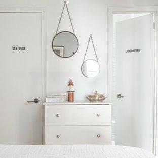 Foto de dormitorio principal, bohemio, pequeño, sin chimenea, con paredes grises y suelo de madera en tonos medios