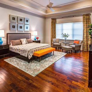 Idéer för stora vintage huvudsovrum, med grå väggar, mellanmörkt trägolv och orange golv