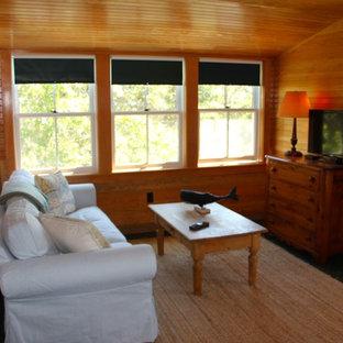 Diseño de habitación de invitados de estilo americano, de tamaño medio, sin chimenea, con paredes marrones, suelo de madera oscura y suelo negro