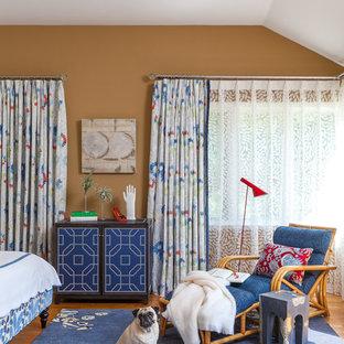 Modelo de dormitorio principal, clásico renovado, de tamaño medio, con paredes marrones y suelo de madera en tonos medios