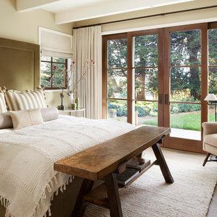 Diseño de dormitorio principal, campestre, con paredes beige y suelo de madera clara