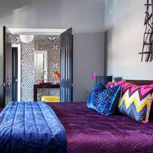 Immagine di una piccola camera matrimoniale boho chic con pareti grigie, moquette e nessun camino
